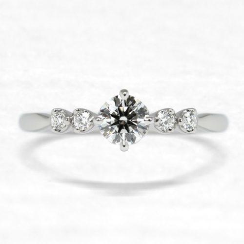 ひなの婚約指輪で八重桜5石タイプの上面