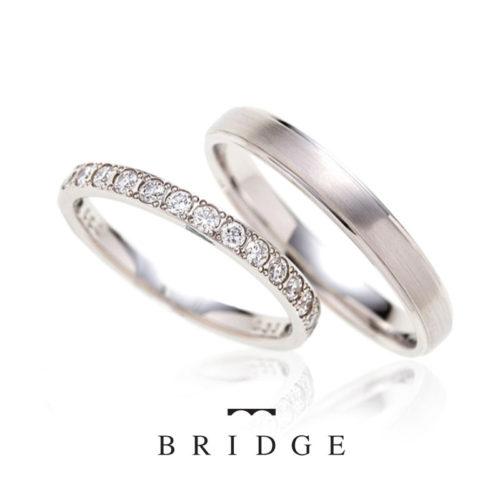 ブリッジの結婚指輪で煌めく水面