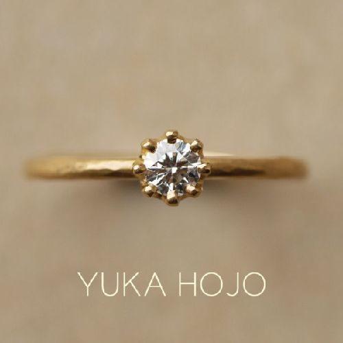 アンティーク調のデザインが可愛いYUKAHOJOの婚約指輪でカプリ