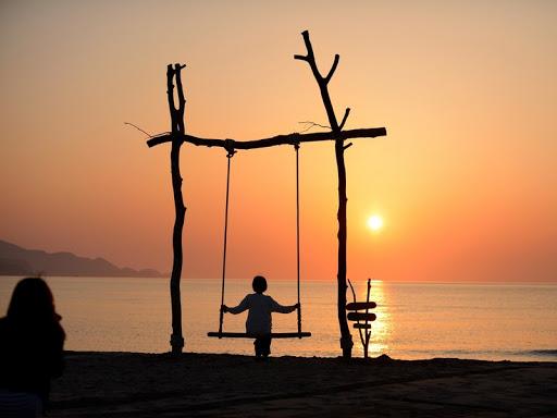 京都のおすすめプロポーズスポットで夕日が浦海岸のビーチブランコゆらり