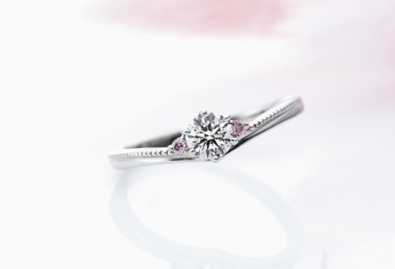 ピンクダイヤが入ったミルク&ストロベリーの婚約指輪