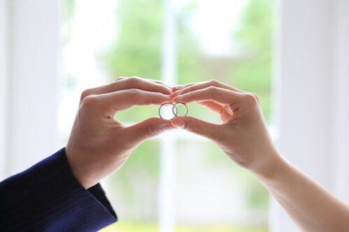 指輪を持つ男女