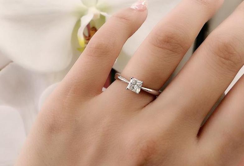 プリンセスカットのダイヤモンドがクールで美しい