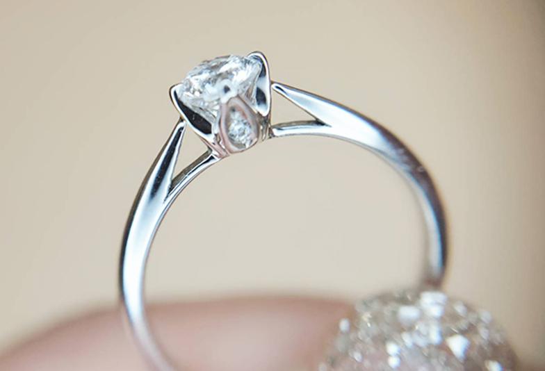 石座デザインがキュートな婚約指輪